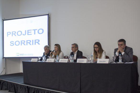 Da esquerda para a direita: Ricardo Fisher (UERJ); Inger Tuñas (UFRJ); Marcos Costa (Odontoprev); Michelle Mello (ANS); e Fabiano Mello (CFO) (Foto: Divulgação)