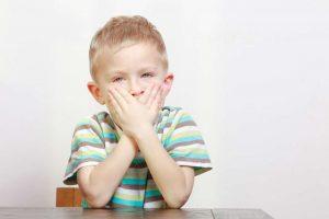 Garotos com idade entre 8 e 11 anos são o principal grupo de risco para esse trauma, que na maior parte das vezes envolve somente a coroa do dente (Foto: Voyagerix / Shutterstock)