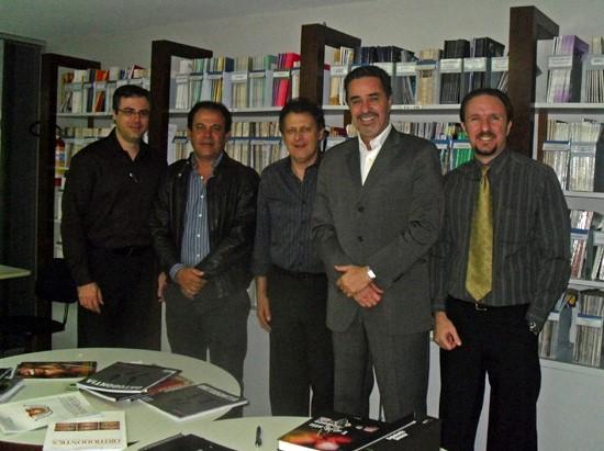 Foto de abril de 2010, durante visita de Carlos Estrela e Gilson Sidney à editora, para discutir a criação da Endodontics (Foto: Renata Mastromauro/Dental Press)