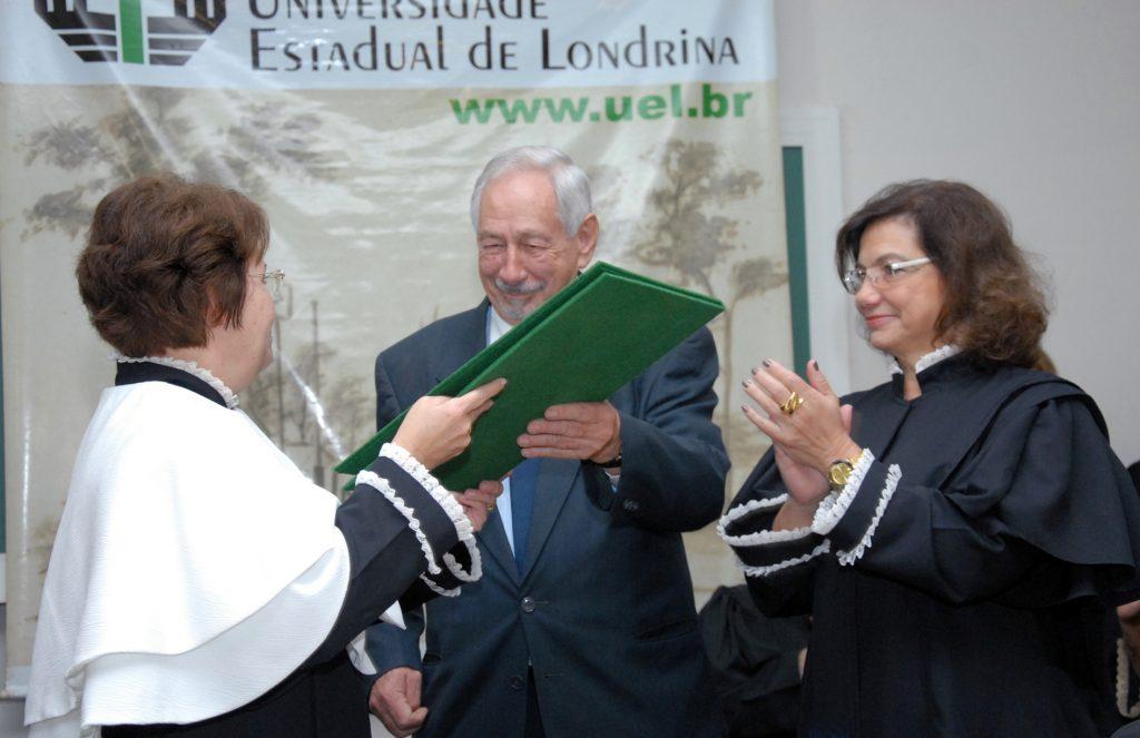 Dr. Luiz Walter recebeu honraria, em 2012, por ter criado a Bebê Clínica da UEL (Foto: Divulgação)
