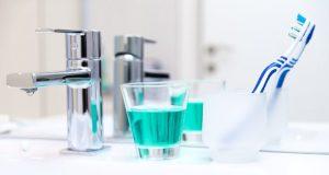 Fluoreto em creme dental ou água potável tem sido provado ser seguro e eficaz contra a cárie dentária. No entanto, a substância também tem sido associada a vários problemas de saúde e, por conseguinte, existe uma preocupação crescente entre o público a este respeito. (Fonte: Divulgação)